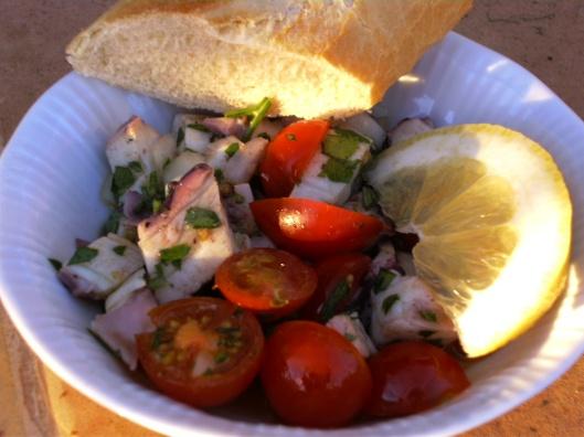 Oktopussalat mit Tomaten und Petersilie