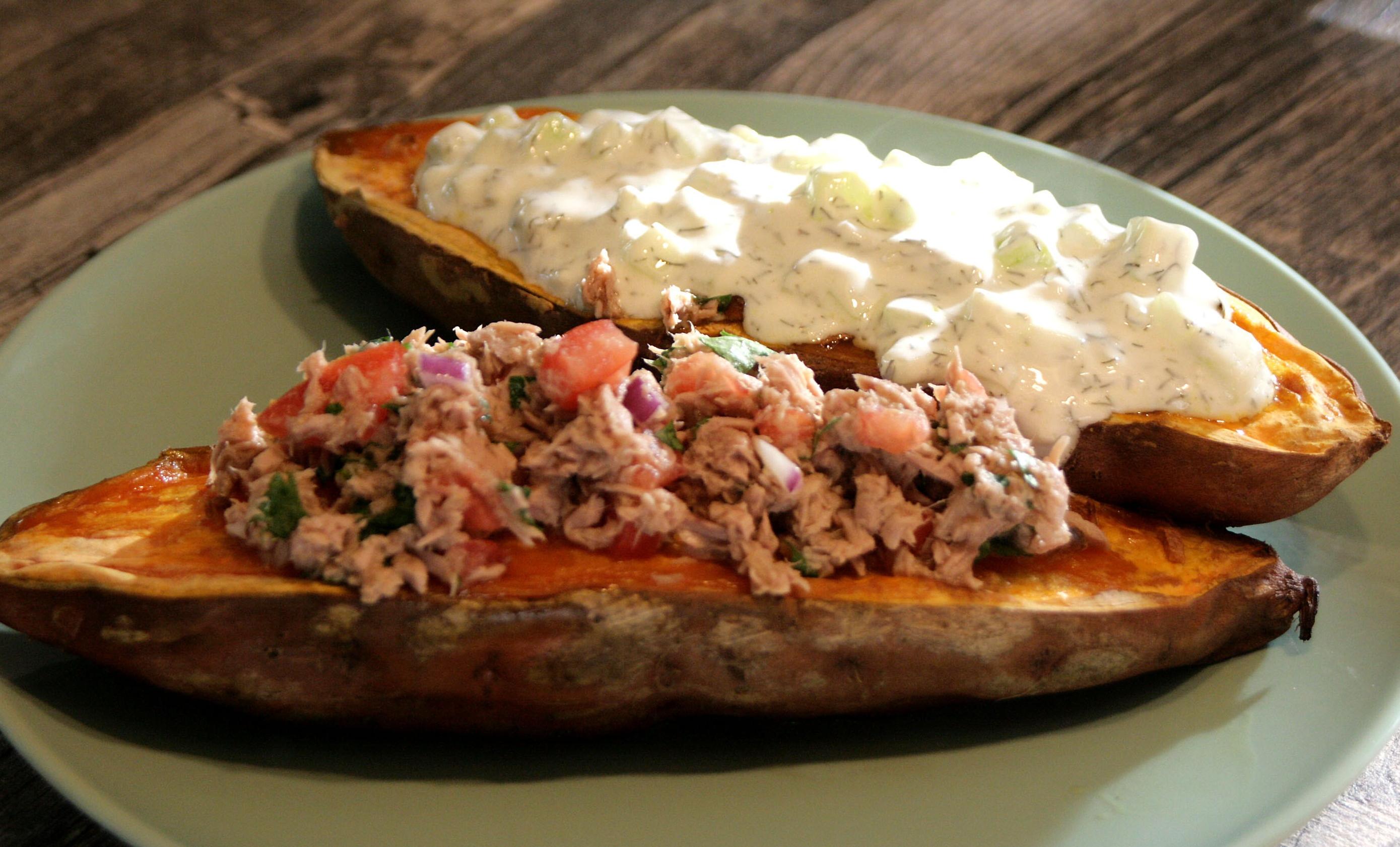 Gefüllte Süßkartoffeln mit Thunfisch-Koriander-Salat und Zaziki